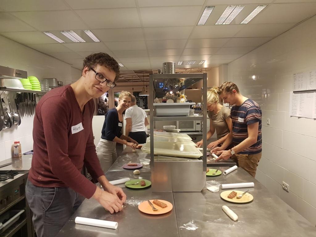 de luncherij worstenbroodjes maken
